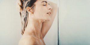 """Cosa lavi per primo in doccia? Capelli o Viso? Anche questo """"parla"""" di te"""""""
