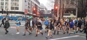 Senza pantaloni in metropolitana. Il flashmob è 'da ridere'