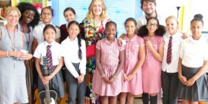 Adele, a sorpresa visita una scuola di Londra