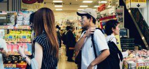 Snack al supermercato: l'Inghilterra sta per bandirli dalle casse