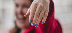 Sogna di ingoiare l'anello di fidanzamento e lo fa. Operata d'urgenza