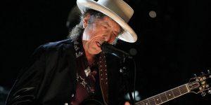 Bob Dylan pubblica il suo primo disco triplo e rilegge i classici americani