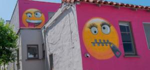 California: denunciata dai vicini, li ridicolizza dipingendo la facciata di casa
