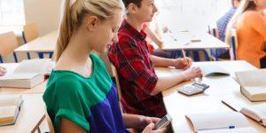 Francia, smartphone vietati nelle scuole