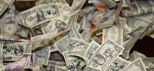 USA: dal portavalori piovono banconote in autostrada, la gente si precipita