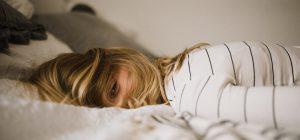 Chi dorme poco di notte si arrabbia di più di giorno.