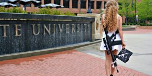 USA: questa foto sta facendo il giro del web ... la ragazza con il mitra
