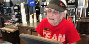 McDonald's: 94enne serve panini da 44 anni ... e li mangia per mantenersi in forze