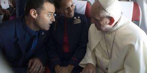 Quando si dice sposarsi al volo, Papa Francesco celebra matrimonio in aereo