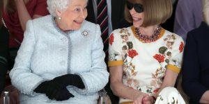 La Regina alla sfilata del vincitore del Queen Elizabeth II Award for British Design