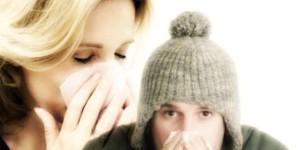 Partner raffreddato? Per non contagiarsi è più sicuro un bacio che tenersi per mano!