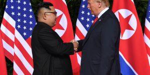 Trump-Kim, la storica stretta di mano tra i due leader