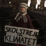 Greta Thunberg compie 17 anni e manifesta davanti al Parlamento svedese
