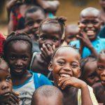 Il filo della solidarietà tenuto dai  bambini africani