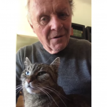 Anthony Hopkins ed il gatto Niblo. Duo da quarantena