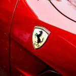 Londra: Ferrari galleggia su fiume d'acqua.