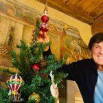 Gianni Morandi completa il suo albero di Natale ... Perfetto!