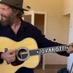 """Jovanotti con la nuova chitarra """"dichiara ufficialmente inaugurata la stagione della registrazione... """""""