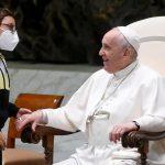 Papa Francesco: bambino irrompe all'udienza, è la libertà della fede