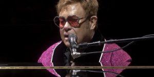 Elton John, festeggia il compleanno e annuncia un concerto benefico