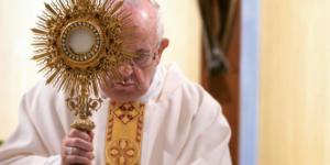 Papa Francesco da solo in Piazza San Pietro per preghiera in mondovisione